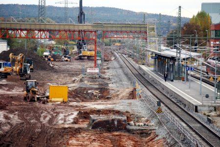 Forchheim 30.10.16: Der Fußgängersteg. Immer noch nicht offen. Etwas unterhalb der Bildmitte die Baugrube für den neuen Personentunnel